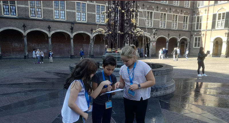 This is a picture of kids looking at a map at the Binnenhof