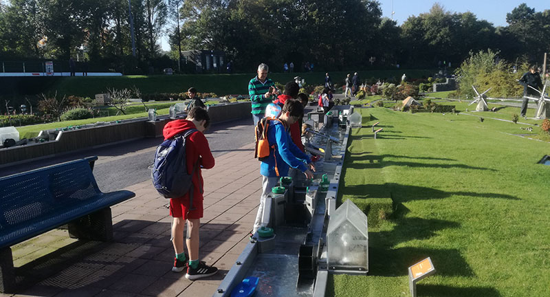 this is a picture of kids at madurodam